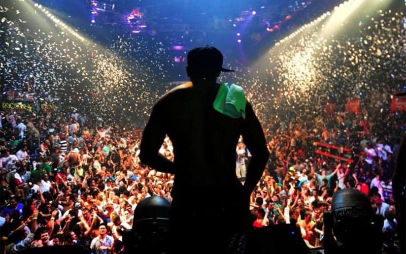 Here you see the dj and the crowd of club Bikini in Barcelona. Nachtclub Bikini