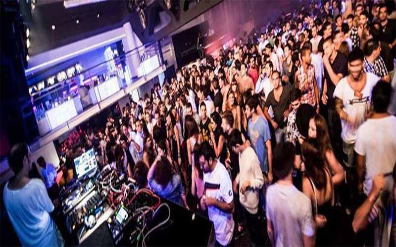 Op de foto kun je feestende mensen zien in Nachtclub Up and Down